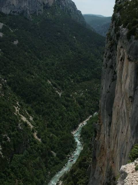 Ausblick von der Route des Cretes in die steilen Felsflanken des Grand Canyon du Verdon.