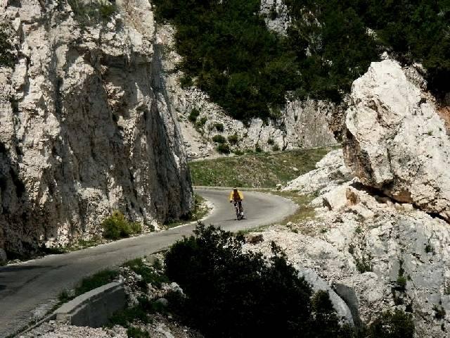 Rasante Abfahrt von der Route des Cretes