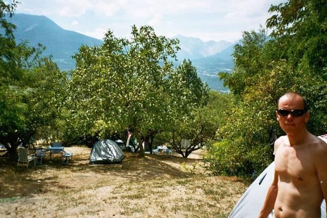 Sven vor unserem Zelt. Dieser Campingplatz wir für fast eine Woche unser Zuhause werden.