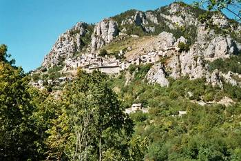 Schon nach kurzem Anstieg zu erkennen - Roubion, auf zweidrittel der Ostrampe des __[Col de la Couillole|272] gelegen.
