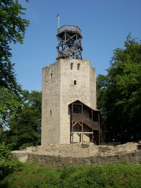 Der zum Aussichtsturm umgebaute Bergfried der Burgruine