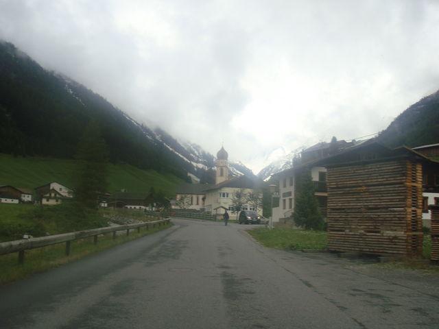 Blick auf die schöne Kirche von Niederthai
