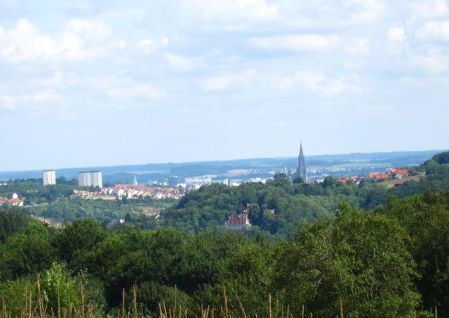 Blick vom oberen Teil der Wippinger Steige auf Ulm mit Münster und Schloss Klingenstein (im Wald)
