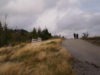An einer kahlen Bergflanke entlang.