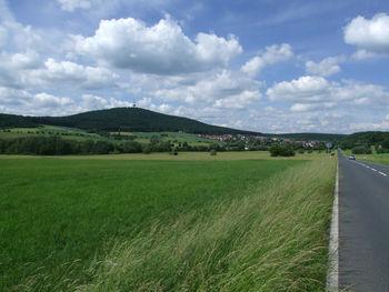 Der Dünsberg aus Süden, rechterhand liegt Fellingshausen.