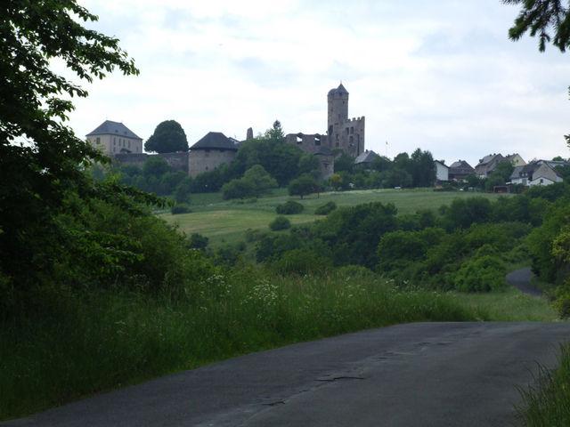 Am Ausgang des Waldes öffnet sich der Blick auf die Burg.....