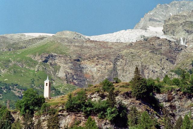 Isere-Tal:  Kirchturm von La Gurraz unterhalb des Gletschers La Gurra