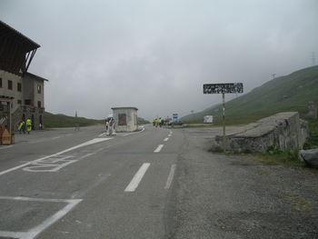 Passhöhe mit Blick nach Italien und auf den original Bernhardiner