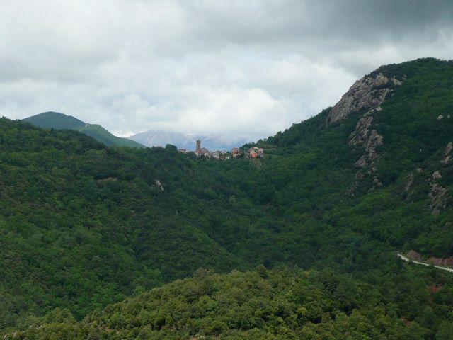 französisches Grenzdorf Coustouges, mit Canigou-Massiv im Hintergrund