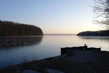 Zum Rangsdorfer See, schön vereist. Auch hier sieht man den Fernsehturm auf dem Kumberg östlich von Glienick.