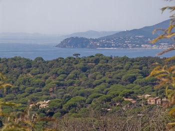 Einige Stellen geben den Blick auf die Küste frei