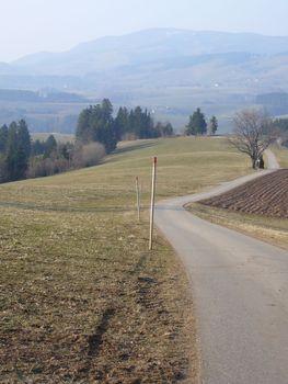 Blick zurück auf das traumhafte Asphaltband der einsamen Auffahrt von Wagensteig mit Blick auf den Kandel im März 2011.