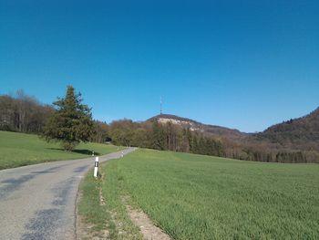 Südanfahrt mit Geissberg im Hintergrund (7. April 2011)