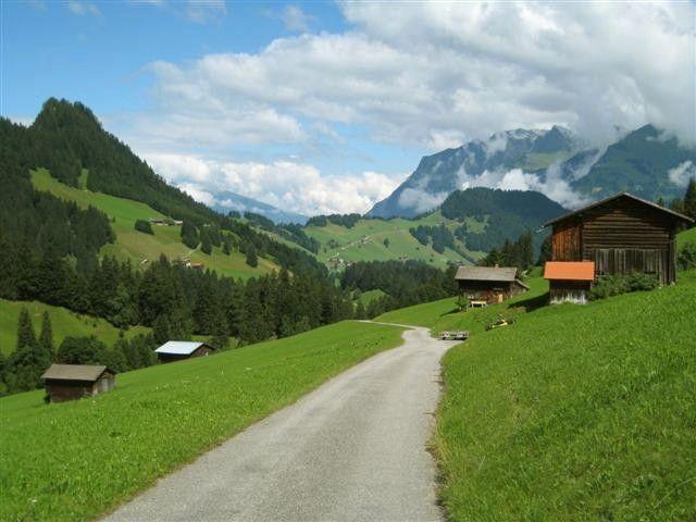 Verstreut liegende Alphütten und grüne Wiesen