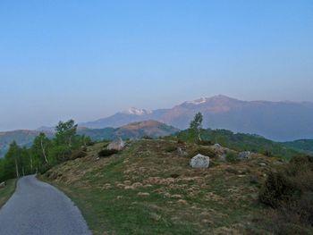 mit Aussicht auf den Monte Tamaro.