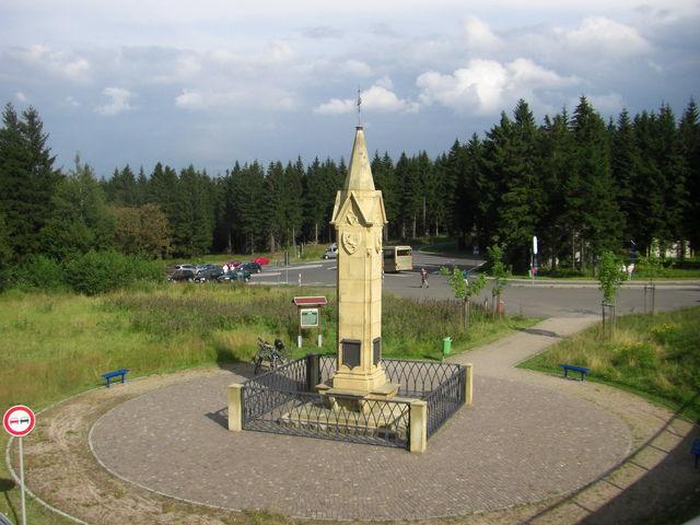 Der Obelisk am Rondell bei Oberhof.