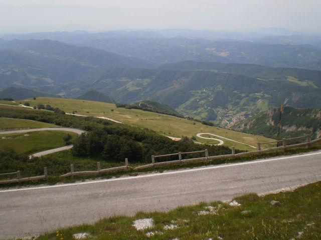 Blick auf die Serpentinen der Südwestanfahrt über Serravalle di Carda.