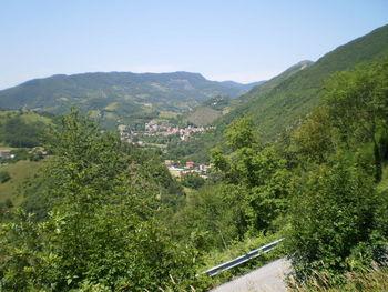 Südanfahrt: Blick auf Pianello und das Massiv des Monte Nerone dahinter.