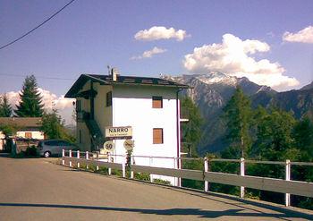 Narro, Ortseingang. Hinter dem Haus die Grigna Settentrionale.
