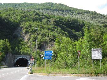 Abzweig von der SS28 nach Cesio unmittelbar vor dem Tunnel San Bartolomeo