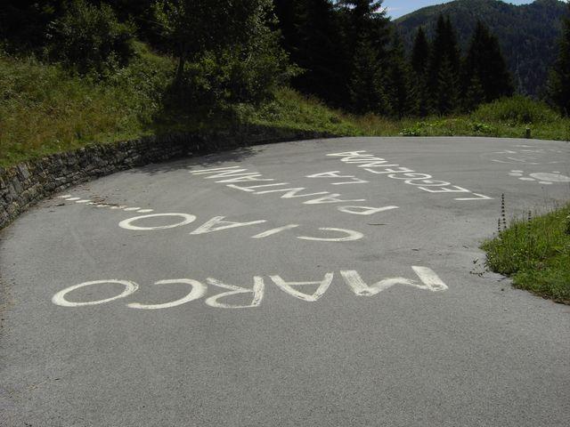 Straßenbemalungen sorgen für ein gewisses Giro-Feeling