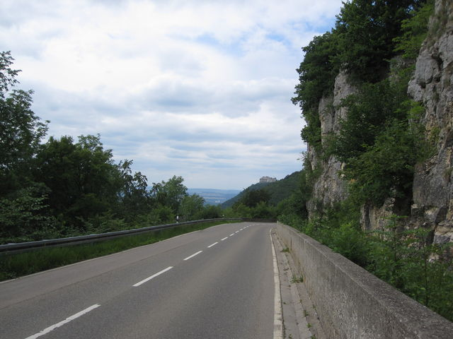 Neuffener Steige bergab mit Stuttgarter Fernsehturm am Horizont.