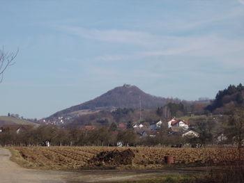 Die Küssaburg aus Dangstetten gesehen.