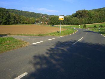 Am Ortsende von Mittelrüsselbach steuert man auf Kirchrüsselbach und dem Beginn des Anstiegs zu.