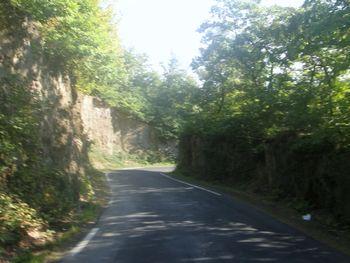 Friedenssegen:  Die Straße wurde in die Felsen gebaut