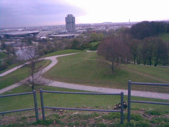 Blick vom Gipfel des Olympiabergs Richtung Nordosten mit BMW-Welt und BMW-Werk