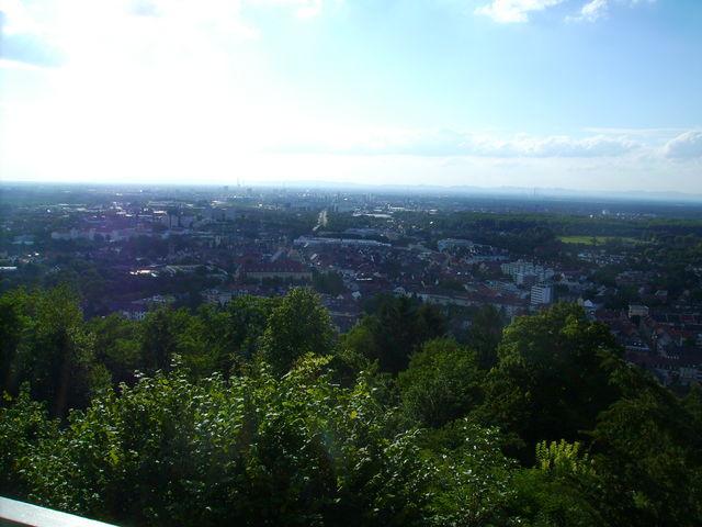 Blick von der Aussichtsplattform über Karlsruhe.
