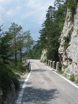 Kleine Brücken überspannen Felsspalten.