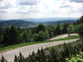Ausblick  ber Brotterode  den Seimberg und die Inselsbergschanzen  im Vordergrund das letzte St ck der linken Auffahrt orig.
