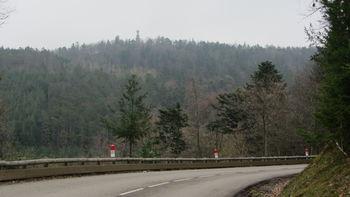 Nordanfahrt: Woran merkt man, daß man sich einem Wallfahrtsort nähert? Das Gebilde auf dem Bergrücken ist die Christusstatue Monument du Galtz.