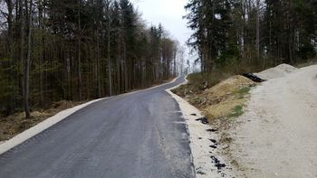 die neue Schlusspassage mit Butterasphalt, rechts geht die alte Schottertrassierung weiter