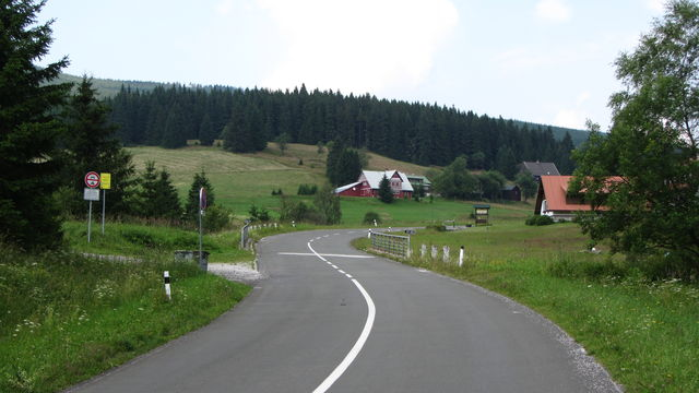 Südanfahrt. Offene Landschaft bei Malá Úpa (der Ort heißt wie der Bach).