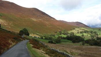 Nordanfahrt: Weiter unten im Newlands Valley, links die Flanke des Causey Pike.