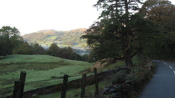 Westanfahrt: Der Nebel in der Bildmitte liegt über dem Coniston Water, der Berg links ist der Old Man.