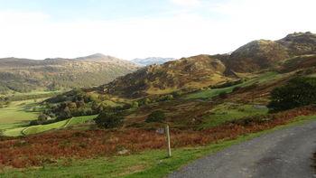Nordseite: Blick ins Duddon Valley, im Hintergrund der Harter Fell, und noch weiter hinten das Massiv des Scafell Pike.