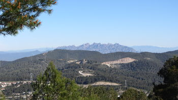 Dafür aber der Montserrat. Davor der Coll de la Creu d'Ordal.
