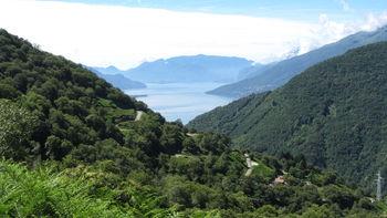 Blick über den Serpentinenabschnitt zum See.