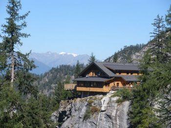 Die neue Lienzer Dolomitenhütte (seit 2008) und der Großvenediger.