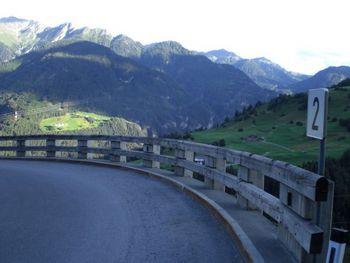 Kehre Nr. 2 mit Ausblick auf die Bergwelt im oberen Inntal.