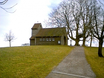 Ein kleiner Weg führt hinauf zur kleinen Kapelle. Hier ist ein schöner Aussichtspunkt.