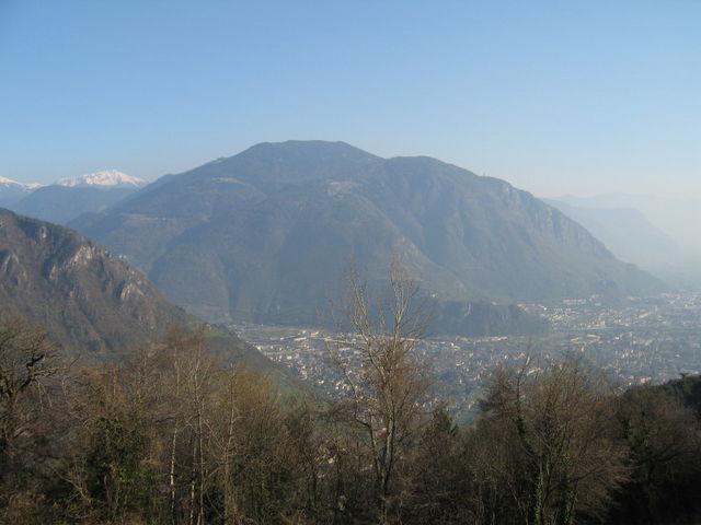 Berg Kohlern aus der Ferne. Blickpunkt an der Rafensteiner Bergstrasse
