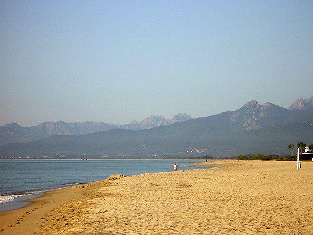 Der schöne Strand vor Marina d'Oru (Ghisonaccia) mit den Bavella-Bergen.