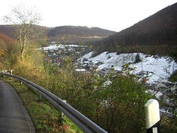 Blick zurück auf Wiesensteig - im Hintergrund ist die A8 und darunter die Auffahrt zum Lämmerbuckel zu erkennen.