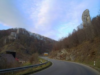 der Beginn, links die Burg, rechts der seltsame Fels