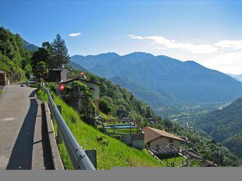 07 Auffahrt in Calezzo mit Blick zurueck auf Golino, 12.6.08.