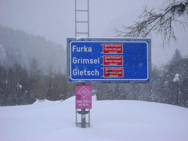 Ortsrand Oberwald. Das Schild versinkt im Schnee